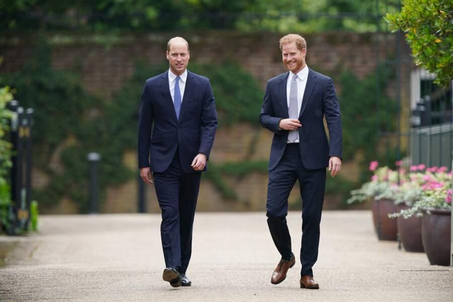William et Harry arrivent ensemble pour l'inauguration de la statue de leur mère, la princesse Diana dans les jardins de Kensington Palace à Londres, le 1er juillet 2021.