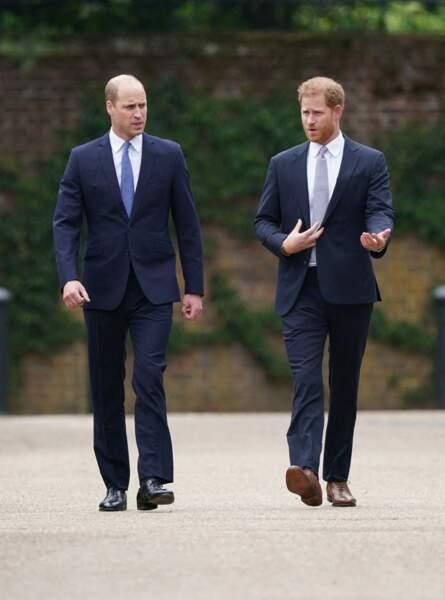 Sur le chemin de l'inauguration de la statue de Diana, William et Harry ont pu discuter. Le jeudi 1er juillet 2021.