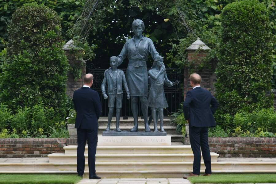 William et Harry admirent la statue de leur mère Diana dans les jardins de Kensington Palace à Londres, le 1er juillet 2021.