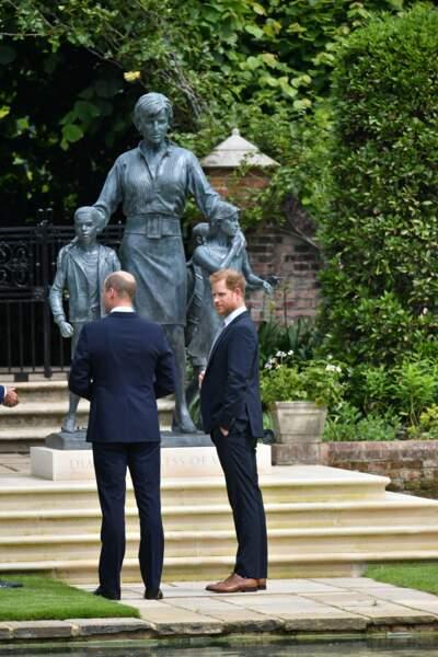 En hauteur, imposante, la statue de Diana repose désormais dans les jardins de Kensington. Inauguration ce 1er juillet 2021.