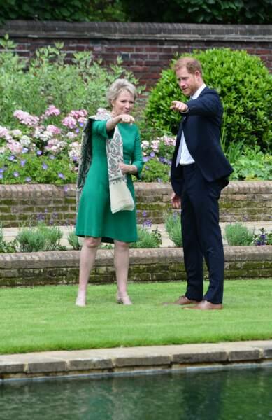 Le prince Harry avec Julia Samuel, fondatrice de Child Bereavement UK, avant le dévoilement d'une statue de sa mère Diana, le 1er juillet 2021.