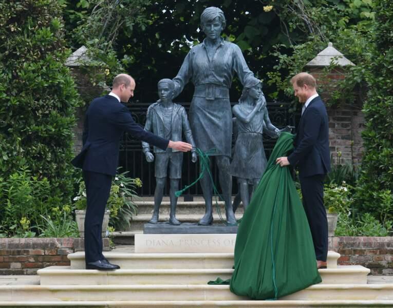 Une fois la statue dévoilée par William et Harry, l'heure est à l'analyse de l'oeuvre. Le 1er juillet 2021.