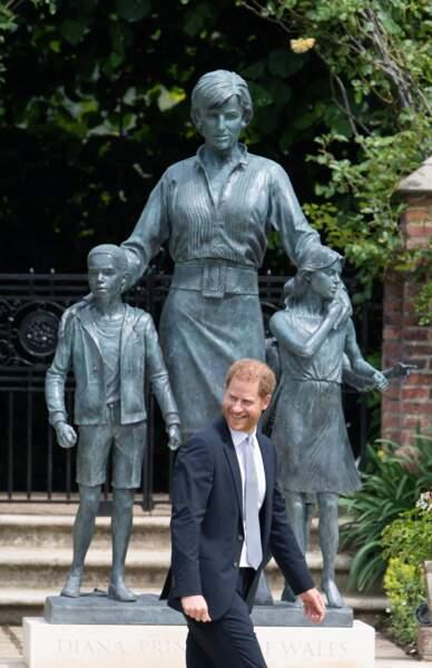 Harry tout sourire devant la statue de Diana, dans les jardins de Kensington Palace à Londres, le 1er juillet 2021.