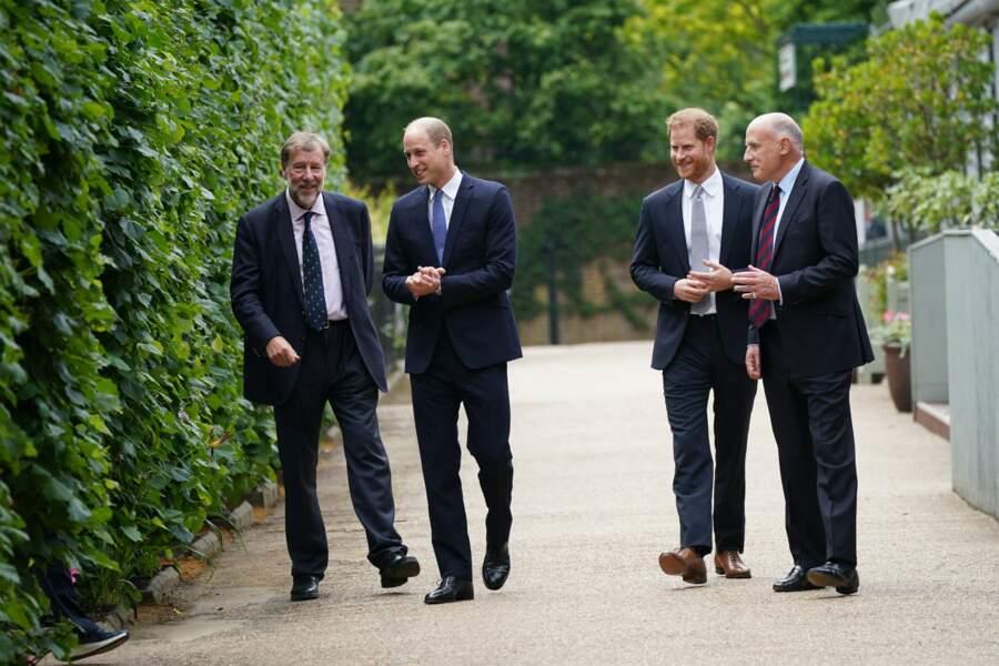Avant l'inauguration de la statue de Diana, Harry et William échangent avec leurs secrétaires Rupert Gavin et Jamie Lowther-Pinkerton. Le 1er juillet 2021.
