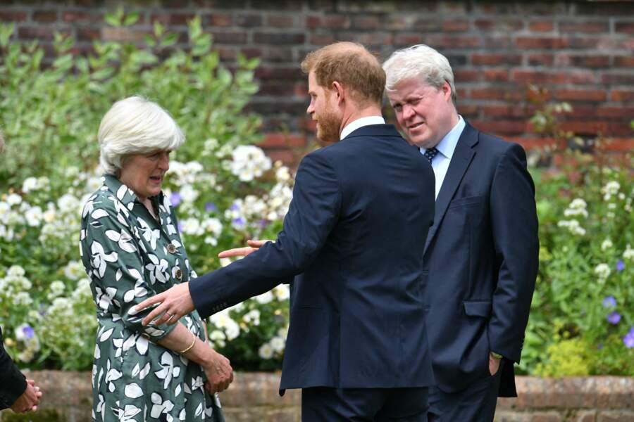 Harry en compagnie de sa tante Lady Jane Fellowes et son oncle Earl Spencer, lors de l'inauguration de la statue de Diana dans les jardins de Kensington Palace à Londres, le 1er juillet 2021.