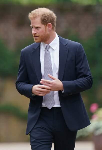 Harry tripote son alliance, lors de l'inauguration de la statue de Diana dans les jardins de Kensington Palace à Londres, le 1er juillet 2021.