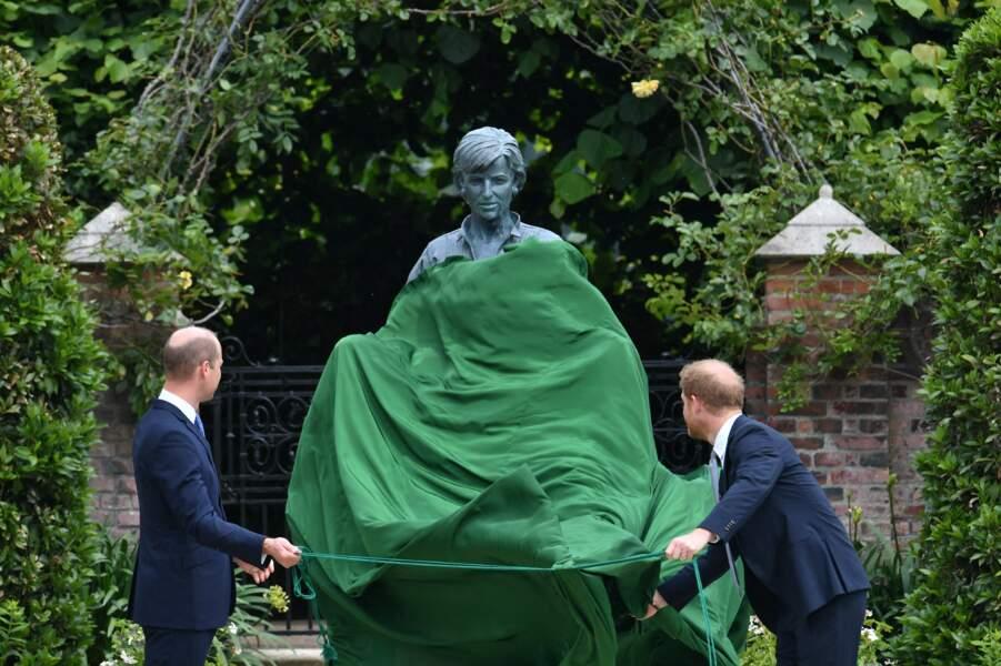 La statue de Diana se dévoilent peu à peu grâce à William et Harry, ce 1er juillet 2021.