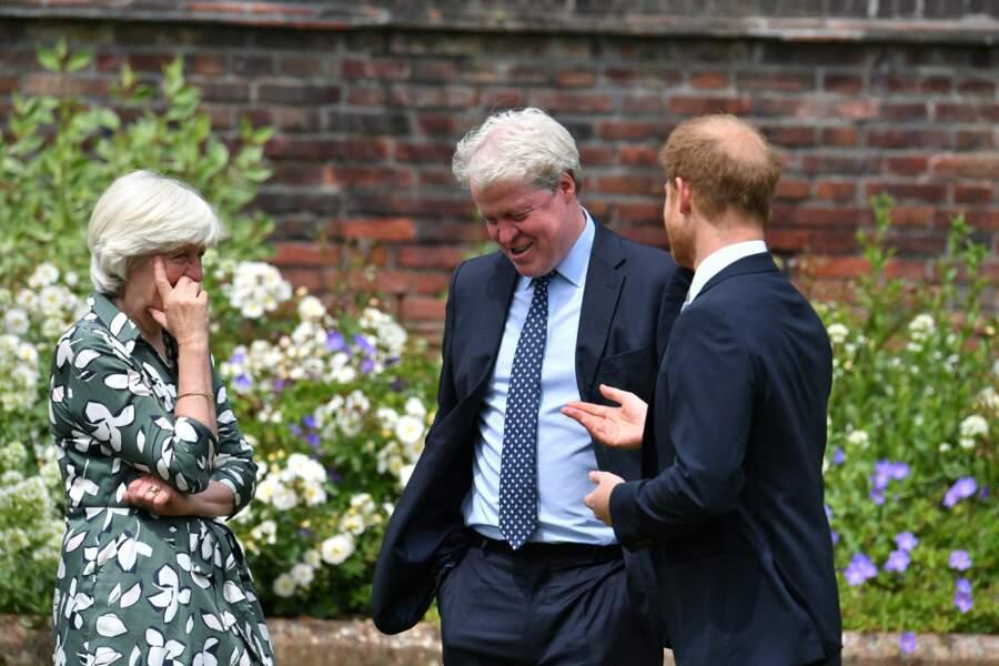 Harry avec sa tante Lady Jane Fellowes et son oncle Earl Spencer, lors de l'inauguration de la statue de Diana dans les jardins de Kensington Palace à Londres, le 1er juillet 2021.