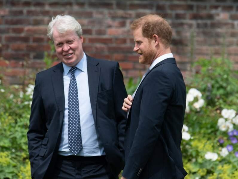 Earl Spencer et son neveu, Harry, lors de l'inauguration de la statue de Diana dans les jardins de Kensington Palace à Londres, le 1er juillet 2021.