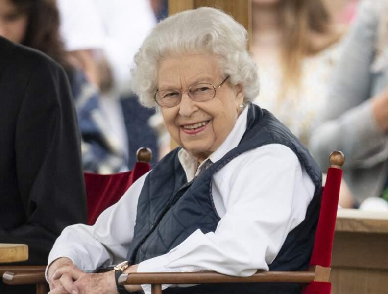 """Elizabeth II est apparue souriante à la course hippique """"Royal Windsor Horse Show"""", le 2 juillet 2021, à Windsor."""