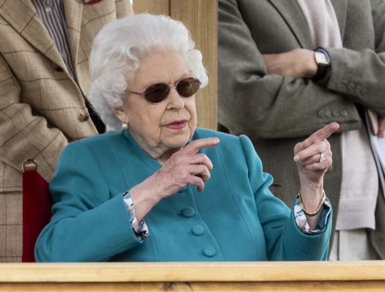 La reine Elizabeth II ne rate rien de l'évènement et commente avec ses proches le Royal Windsor Horse Show à Windsor le 1er juillet 2021.