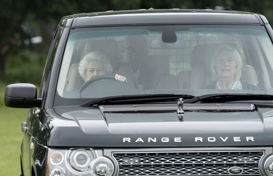 A 95 ans, Elizabeth II est arrivée au volant de son Range Rover à la course hippique, à Windsor, ce 2 juillet.