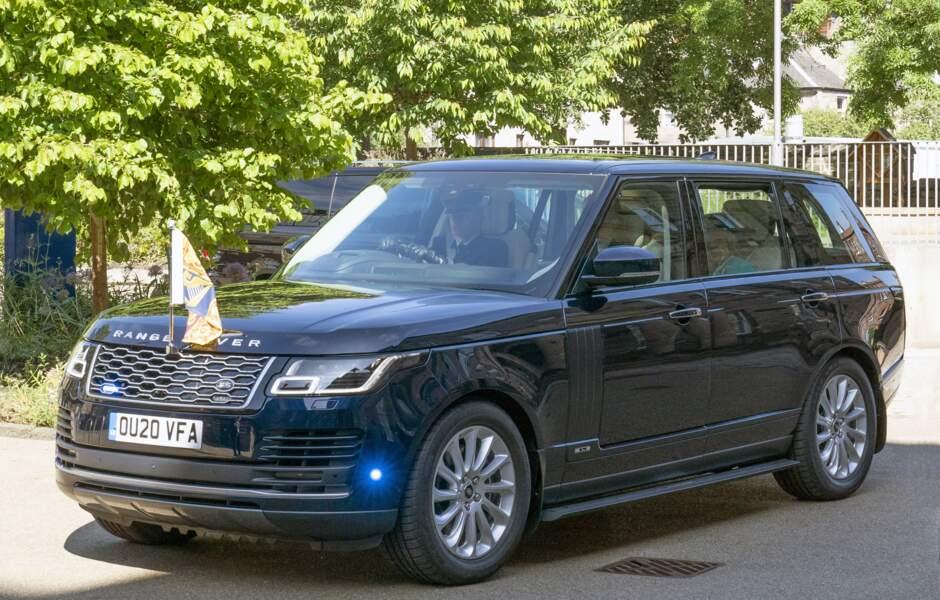 La reine Elizabeth II s'est déplacée dans un Range Rover hybride pour visiter l'Institut sur le changement climatique à Edimbourg, le 1 er juillet 2021.