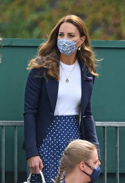 Kate Middleton recycle sa veste navy de la marque Smythe.