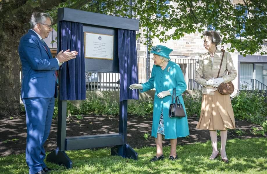 En Ecosse, Elizabeth II était accompagnée par sa fille, la princesse Anne.