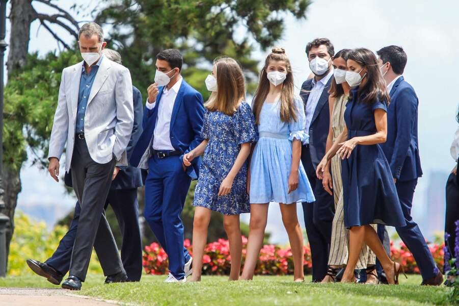 Si la reine Letizia d'Espagne a misé sur une robe chemise bleu marine, ses filles Leonor et Sofia ont préféré des tenues champêtres-chics pour leur venue à Barcelone, le 1er juillet 2021