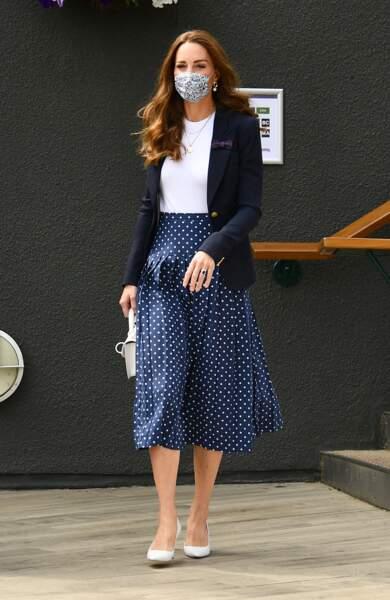 Kate Middleton dans une jupe plissée à pois Alessadra Rich à Wimbledon, le 2 juillet 2021.
