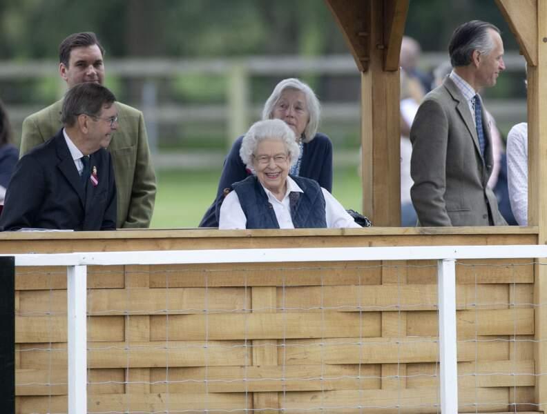 Elizabeth II, avec un grand sourire, a assisté à une course hippique, ce 2 juillet 2021, à Windsor.