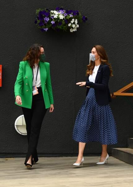 Kate Middleton a choisi un lokk navy pour assister à la 5ème journée du tournoi de Wimbledon le 2 juillet 2021.
