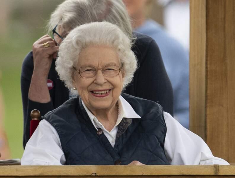 Après plusieurs semaines de deuil, la Reine Elizabeth II a retrouvé le sourire devant les courses hippiques.