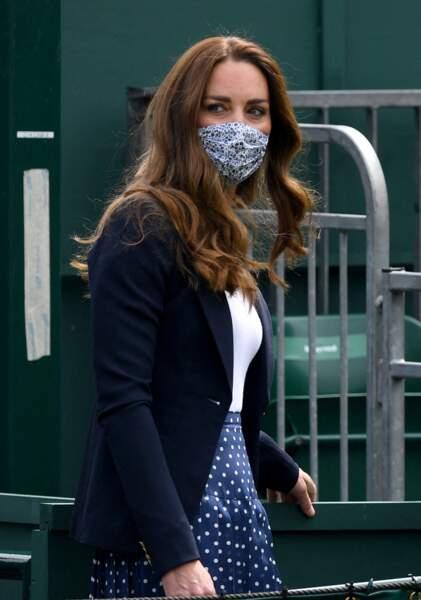 Kate Middleton dans un total look navy le 2 juillet 2021 à Wimbledon en t-shirt blanc, jupe plissée bleueu et veste bleue marine.
