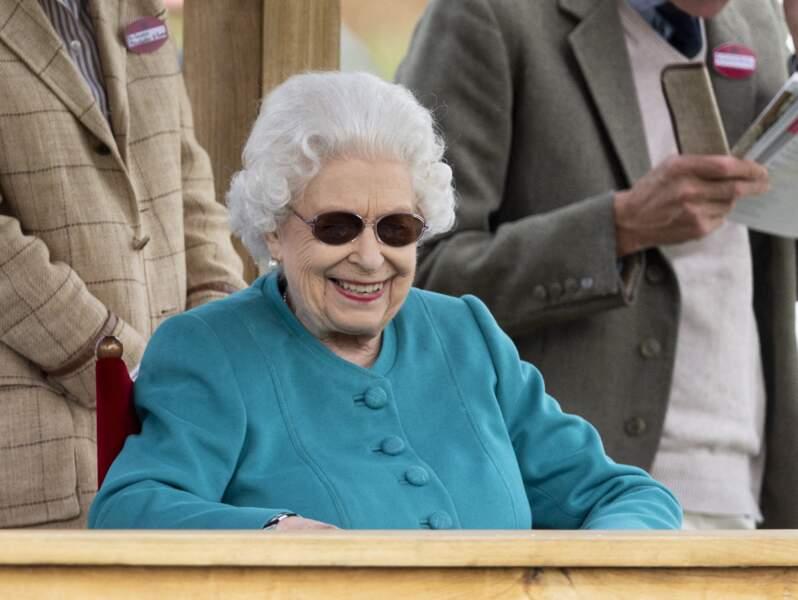 La reine Elizabeth II sourit lors du Royal Windsor Horse Show à Windsor le 1er juillet 2021.
