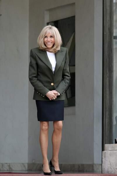 Brigitte Macron en jupe courte bleu marine à l'Elysée.