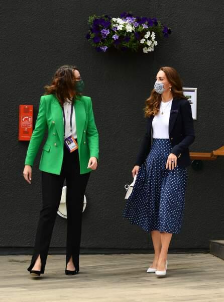 Kate Middleton assortit son nouveau sac blanc Mulberry à une paire d'escarpins blancs.