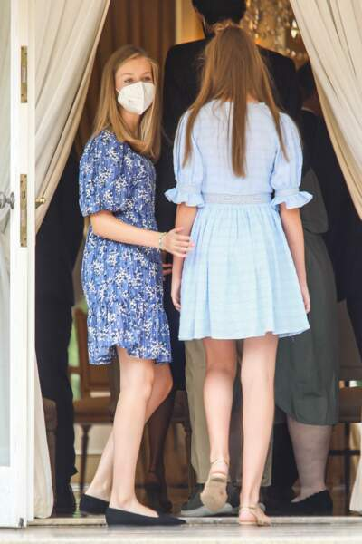 Les princesses Leonor et Sofia ont fait une apparition très remarquée toutes deux vêtues de bleu lors de leur venue à Barcelone, le 1er juillet 2021