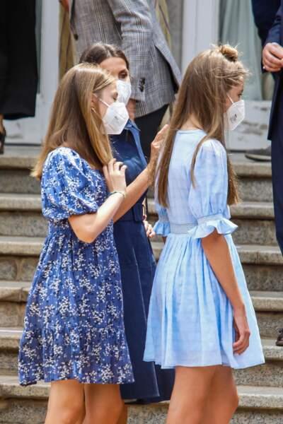 """Les princesses Leonor et Sofia se sont une nouvelle fois montrées très complices devant les photographes, lors de leur rencontre avec les lauréats de la Fondation """"Princess of Girona"""", à Barcelone, le 1er juillet 2021"""