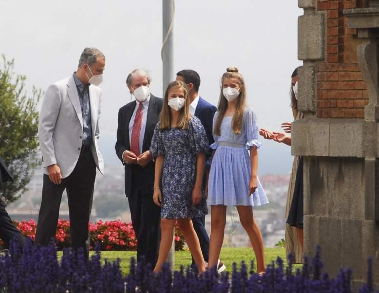 """Le roi Felipe VI d'Espagne en compagnie de son épouse la reine Letizia et leurs deux filles Leonor et Sofia arrivent à Barcelone pour rencontrer les lauréats de la Fondation """"Princess of Girona"""", le 1er juillet 2021"""