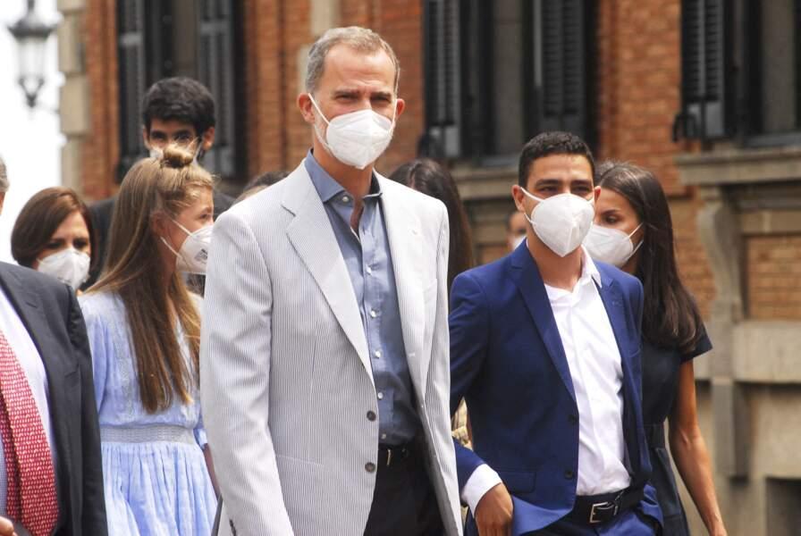 Le roi Felipe d'Espagne dans un costume clair, allant à la rencontre des lauréats de la fondation Princesse de Gérone le 1er juillet 2021