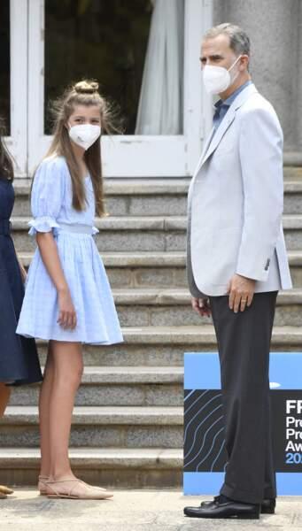 Pour compléter son look estival et tendance, la princesse Sofia a misé sur une paire de ballerines nude de chez Carolina Herrera, le 1er juillet 2021