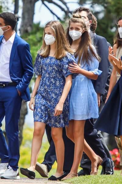 """La princesse Sofia d'Espagne resplendissante dans une robe à manches ballons bleu pastel pour rencontrer les lauréats de la Foondation """"Princess of Girona"""" à Barcelone, le 1er juillet 2021"""