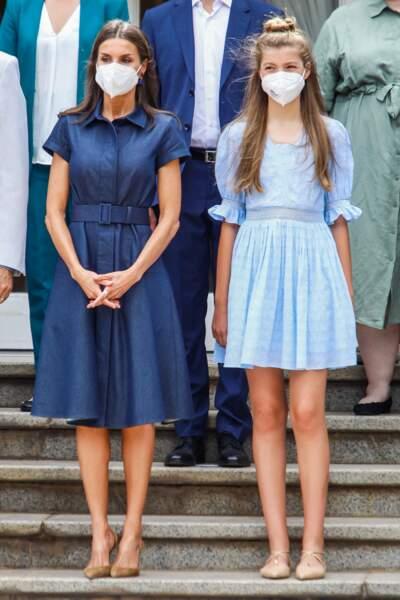Aux côtés de sa fille, la princesse Sofia, la reine Letizia d'Espagne a offert une énième leçon de style dans une robe signée Carolina Herrera, lors de sa visite à Barcelone, le 1er juillet 2021