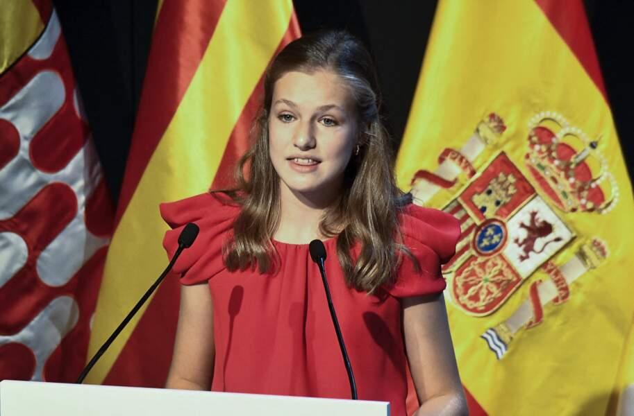 Leonor d'Espagne radieuse en robe rouge lors de la cérémonie de remise de prix de la fondation Princesse de Gérone à Barcelone le 1er juillet 2021