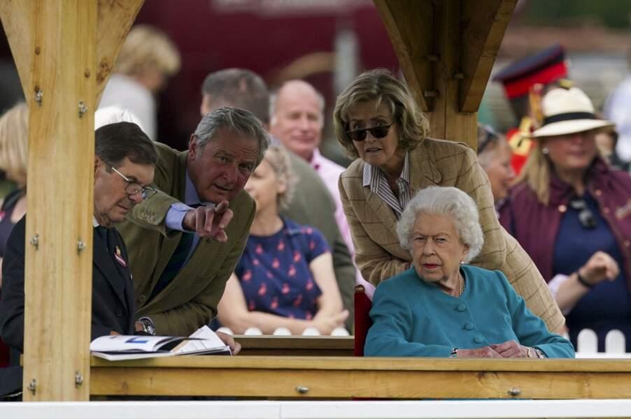 """La reine Elizabeth II aux côtés de Lady Penny, considérée comme """"la 2ème femme du prince Philip"""" lors du Royal Windsor Horse Show à Windsor le 1er juillet 2021."""