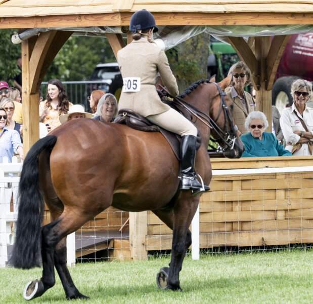 La reine Elizabeth II très attentive lors du Royal Windsor Horse Show à Windsor le 1er juillet 2021.