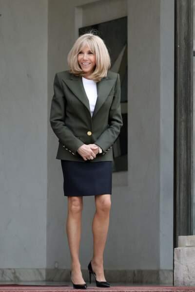 Brigitte Macron dévoile ses jambes fines en jupe courte et escarpins le 1er juillet 2021.