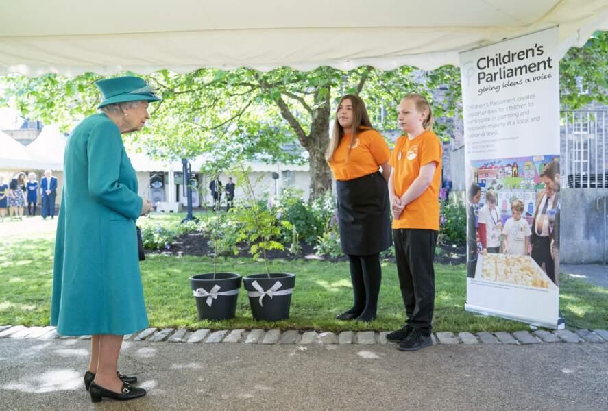 En Ecosse, Elizabeth II est apparue très attentive aux explications données.
