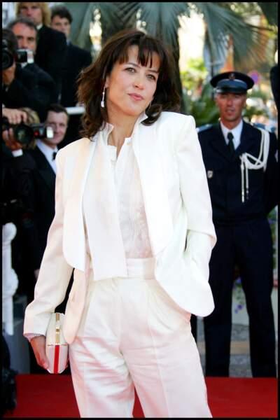 Sophie Marceau malicieusement garçonne dans un costume blanc immaculé signé Yves Saint Laurent, au Festival de Cannes, en 2007.