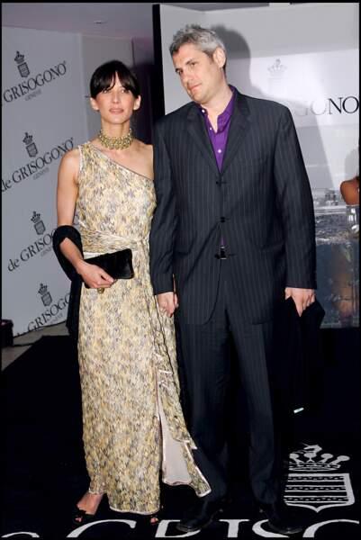 Sophie Marceau dans une robe asymétrique nouée sur le devant, au côté de son compagnon Jim Lemley, au Festival de Cannes, en 2006.
