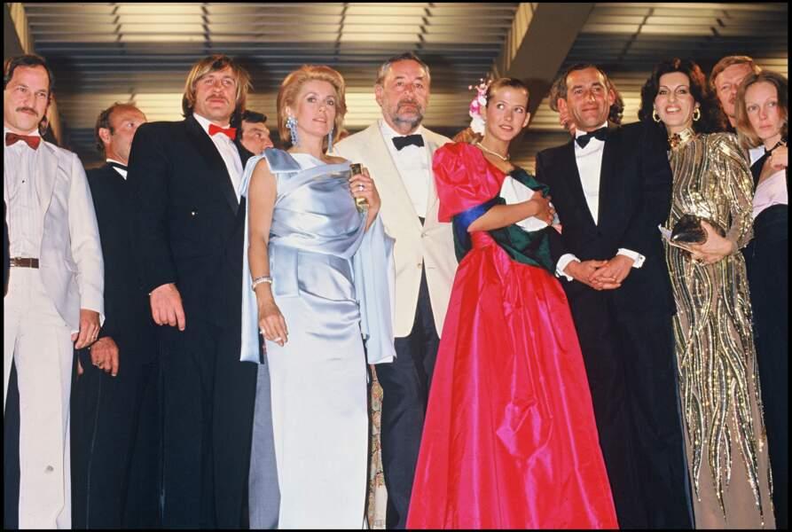 Catherine Deneuve en robe de satin bleu poudré Yves Saint Laurent, au Festival de Cannes, en 1984.