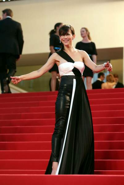 Sophie Marceau dans son ensemble hybride robe drapée et pantalon de cuir signés Vionnet, au Festival de Cannes, en 2015.