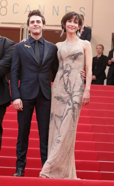 Sophie Marceau sculpturale dans une robe bustier recouverte de résille signée Armani Privé, au côté de Xavier Dolan, au Festival de Cannes, en 2015.