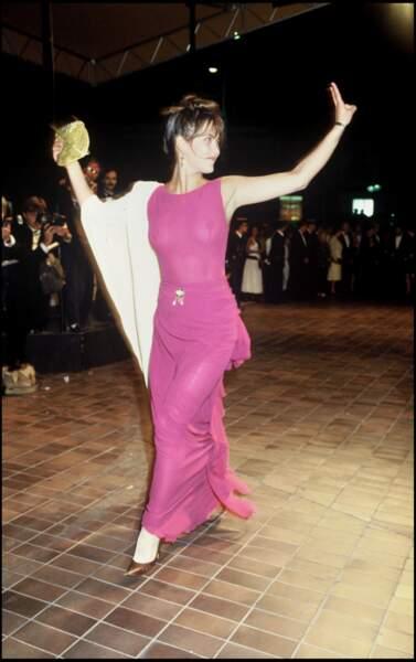Sophie Marceau dans un fourreau rose translucide, au Festival de Cannes, en 1989.