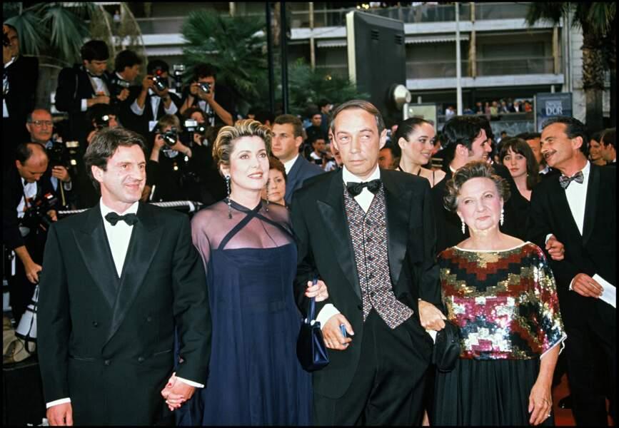 Catherine Deneuve majestueuse en robe bleu nuit et voile transparent Yves Saint Laurent, au Festival de Cannes, en 1993.