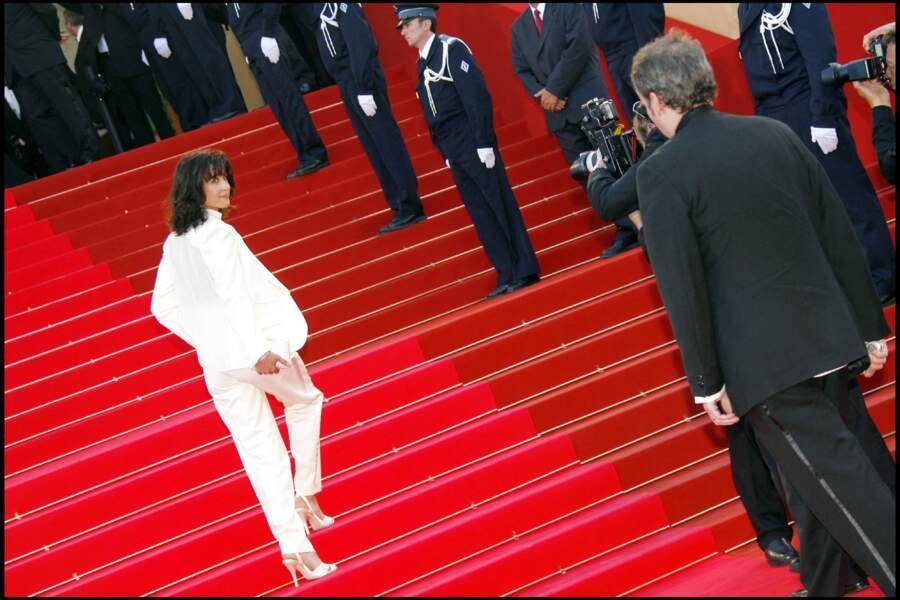 Sophie Marceau dans son costume blanc Yves Saint Laurent, au Festival de Cannes, en 2007.