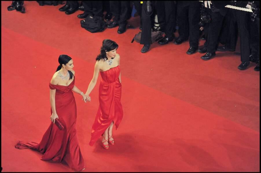 Sophie Marceau osant une robe bustier rouge de la couleur du red carpet, au côté de Monica Bellucci, au Festival de Cannes, en 2009.