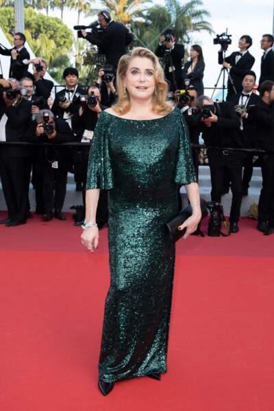 Catherine en robe strassée vert émeraude griffée Celine par Hedi Slimane, au Festival de Cannes, en 2019.